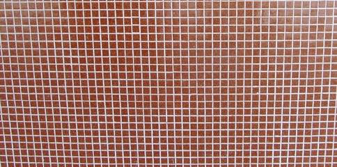 pared con mosaicos rojos y lineas blancas