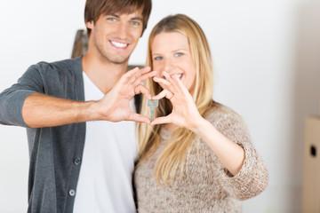 glückliches paar zeigt schlüssel