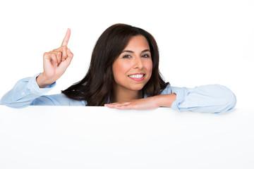 frau mit hinweisschild zeigt den finger hoch