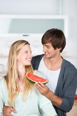 verliebtes paar isst wassermelone