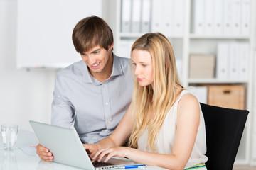 junges team arbeitet am laptop