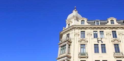 Gründerzeithaus mit blauem Himmel