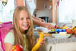Familie - Mutter macht Frühstück für die Schule
