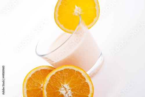 Frischer tropischer Joghurt mit Orangen isoliert
