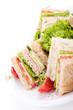 frisches Clubsandwich mit Schinken, Käse, Speck und Salat isoli
