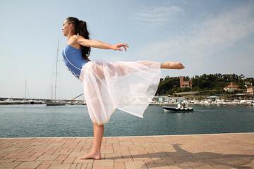 ballerina in riva al mare