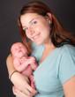 jeune maman souriante et son enfant
