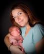 jeune maman souriante et heureuse