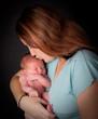 jeune maman qui embrasse son enfant