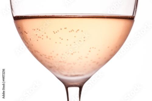 Nahaufnahme Rosewein mit Kohlensäure