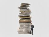 Geldstapel und nachdenklicher Banker poster