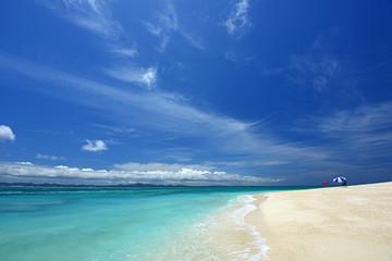 澄んだ海と青い空
