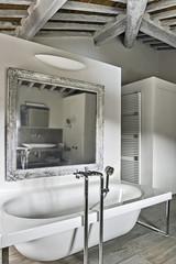 vasca da bagno in un bagno moderno in mansarda