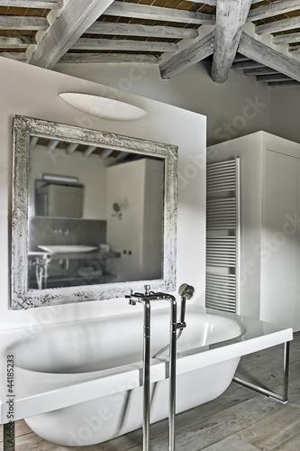 vasca da bagno in un bagno moderno in mansarda by ...