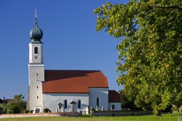 Kirche in Oberbayern mit Kastanienbaum