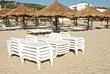 Lettini prendisole impilati sulla spiaggia