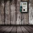 telefono pubblico su parete di legno