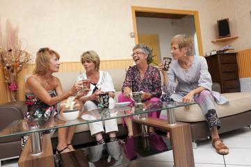 Senior - rencontre entre amies - prendre le thé