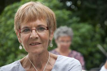 Senior - Portrait de femme dans le jardin