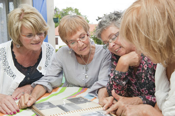 Senior - Femmes regardant un album photo