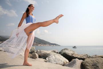 Ballerina in riva al mare sul molo