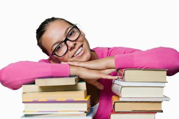 Ragazza felice sui libri
