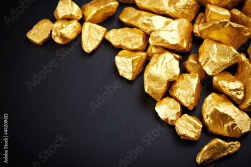Aluminium Edelsteen gold nuggets on a black background. closeup.