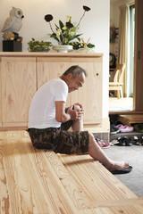 関節痛に悩む男性