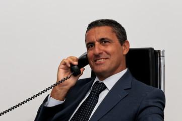 Uomo d'affari al telefono fisso