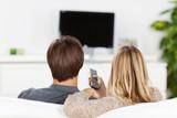 paar schaut auf fernseh-bildschirm