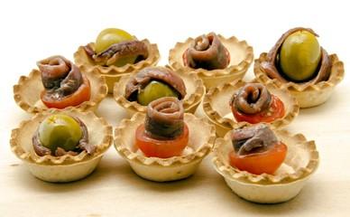 tartaletas con aceitunas y anchoas