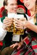 Paar trinkt Bier in einer Brauerei