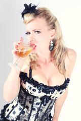 Frau im Korsett mit Glas