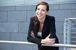 Geschäftsfrau an Geländer
