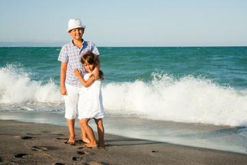 Мальчик с девочкой на морском берегу
