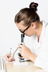 Ragazza al microscopio con tastiera pc