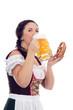 junge hübsche Frau im Dirndl mit Bier und Brezn