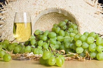 Uva in cappello e bicchiere di vino