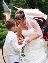 Braut lacht ihren Sohn an