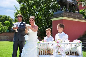 Hochzeitspaar läßt Tauben fliegen