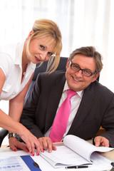 Der Chef mit seiner Sekretärin