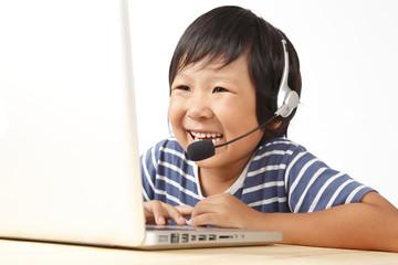 パソコンで会話する子供