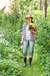 Junge Frau bei der Gartenarbeit