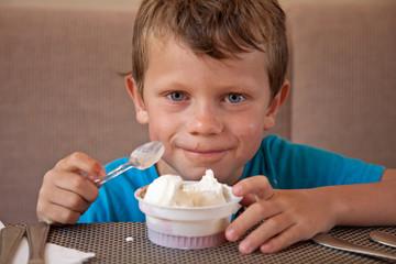 Jeune garçon mangeant une glace