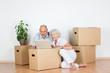 senioren-ehepaar organisiert umzug am laptop