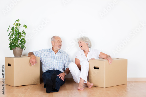 Leinwanddruck Bild lachendes älteres paar beim umzug