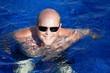 A la piscine : homme heureux et souriant (40s)
