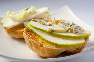 grzanki z gorgonzolą i gruszką