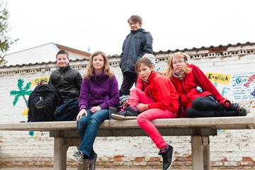 Schulkinder im Pausenhof einer Schule