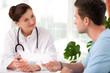 Ärztin berät einen jungen Patient